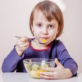 Alimento natural, estilo de vida saudável Menina da criança bonita que come a USC Foto de Stock Royalty Free
