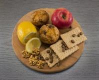 Alimento natural na placa de corte Fotografia de Stock