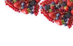 alimento Nero-blu e rosso su un bianco Uva passa, fragole, more, bluberries e lamponi maturi su un fondo bianco M. Fotografie Stock
