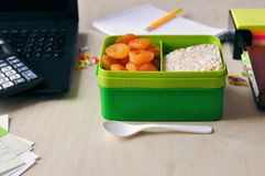 Alimento no escritório ou na escola Lancheira com alimento saudável no desktop imagens de stock