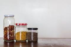 Alimento nos frascos de vidro com espaço da cópia Desperdício zero, conceito livre plástico foto de stock