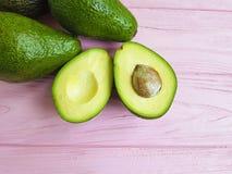 Alimento nutriente dell'avocado verde tropicale fresco su un antiossidante di legno rosa immagine stock libera da diritti
