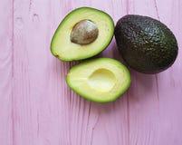 Alimento nutriente dell'ingrediente verde tropicale fresco dell'avocado su un antiossidante di legno rosa fotografia stock libera da diritti
