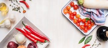 Alimento o vegetariano in buona salute e pulito che cucina e concetto di cibo con le vari verdure, petrolio e spezie immagine stock