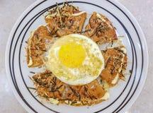Alimento-Okonomiyaki japonês com ovo frito Imagem de Stock Royalty Free