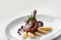 Alimento Pé do pato com molho da pera e do corinto Conceito gourmet do menu do restaurante das guloseimas imagens de stock royalty free