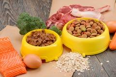 Alimento para animales crudo y tienda-comprado imagen de archivo libre de regalías