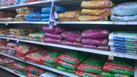 Alimento para animales que vende en la tienda Imagen de archivo libre de regalías