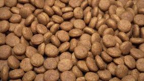Alimento para animales seco que gira Nutrición para los gatos y los perros metrajes