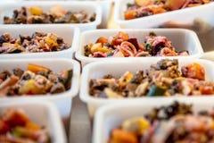 Alimento para cães cozinhado Selfmade para uma nutrição saudável, lotes das bacias fotos de stock
