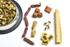 Alimento para cães em uma bacia imagens de stock royalty free