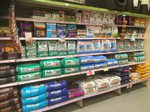 Alimento para cães em uns sacos em uma loja do animal de estimação Foto de Stock Royalty Free