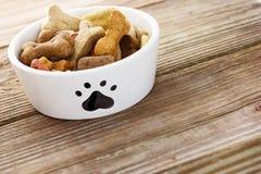 Alimento para cães na bacia imagens de stock