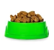 Alimento para cães seco na bacia isolada imagens de stock royalty free