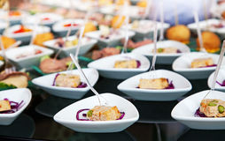 Alimento para o cocktail no banquete de casamento Fotografia de Stock
