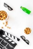 Alimento para o filme de observação Pipoca e soda perto do clapperboard, vidros na opinião superior do fundo branco Foto de Stock