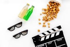 Alimento para o filme de observação Pipoca e soda perto do clapperboard, vidros no copyspace branco da opinião superior do fundo Fotografia de Stock Royalty Free
