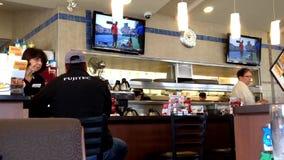 Alimento pedindo dos povos dentro do restaurante de Denny video estoque