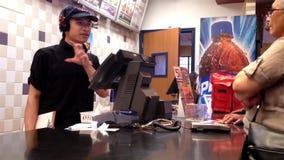 Alimento pedindo dos povos no contador de verificação geral de KFC filme