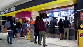 Alimento pedindo dos povos no contador de verificação geral de McDonalds vídeos de arquivo