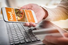 Alimento pedindo em linha pelo smartphone Fotos de Stock Royalty Free