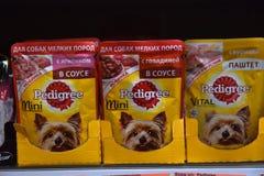 Alimento per i cani nel supermercato fotografie stock
