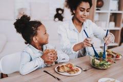 Alimento per la belle mamma e ragazza Ragazza di sorriso immagini stock libere da diritti