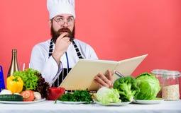 Alimento per le insalate Uomo del cuoco unico in cappello Ricetta segreta di gusto Cuoco barbuto dell'uomo in cucina, culinaria v immagine stock