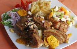 Alimento peruviano, Chicharron (carne di maiale fritta) con le patate, contorno della cipolla, canchita Immagini Stock Libere da Diritti