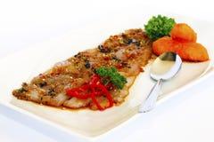 ALIMENTO PERUVIANO: Pesce affumicato crudo di Tiradito Nikkei Fotografie Stock