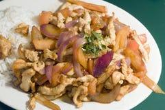 Alimento peruviano tradizionale di saltado di pollo del pollo fotografia stock libera da diritti
