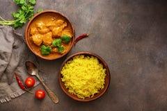 Alimento piccante della carne del curry di masala di tikka del pollo, riso e pane naan su un fondo rustico marrone Piatto indiano immagini stock