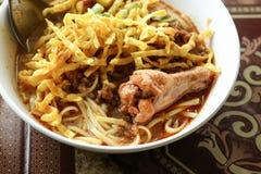Alimento piccante tailandese, tagliatella dell'uovo in curry del pollo Fotografia Stock