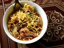 Alimento piccante tailandese, tagliatella dell'uovo in curry del pollo Fotografie Stock