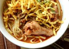 Alimento piccante tailandese, tagliatella dell'uovo in curry del pollo Fotografie Stock Libere da Diritti