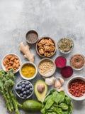Alimento pulito sano - verdure, frutti, matti, superfoods su un fondo grigio Concetto sano di cibo Vista superiore immagine stock
