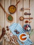 Alimento que cozinha ingredientes Varas de canela secadas da erva das especiarias, baía Foto de Stock