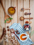 Alimento que cozinha ingredientes Varas de canela secadas da erva das especiarias, baía Imagens de Stock Royalty Free