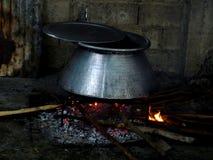 Alimento que está sendo cozinhado no caldeirão Foto de Stock Royalty Free