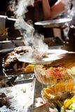 Alimento que está sendo serido Fotografia de Stock Royalty Free