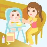 Alimento que introduce de la mama al bebé Fotografía de archivo