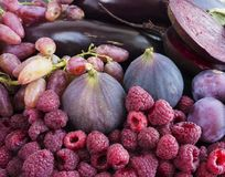 Alimento roxo Fundo das bagas, frutas e legumes Figos, ameixas, framboesas, beterraba, beringela e uvas frescos Fotografia de Stock