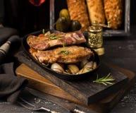 Alimento sabroso Sartén con la carne y cebollas, vino y bolso francés imagen de archivo