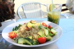 Alimento - salada do cuscuz na placa imagens de stock royalty free