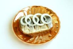 Alimento Sanduíche delicioso com peixes e as cebolas salgados Imagens de Stock