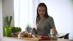Alimento sano Donna che cucina l'insalata della verdura fresca alla cucina archivi video