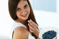 Alimento sano Donna felice sulla dieta che mangia i mirtilli organici Fotografie Stock Libere da Diritti