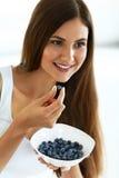 Alimento sano Donna felice sulla dieta che mangia i mirtilli organici Fotografie Stock