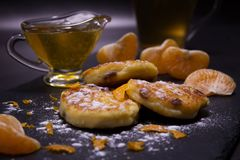 Alimento sano e casalingo Dolci appena fatti del formaggio con l'uva passa dalla ricotta casalinga Zucchero a velo, fette di mand immagine stock