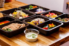 Alimento sano e concetto di dieta, consegna del piatto del ristorante Porti via del pasto di forma fisica Fotografia Stock Libera da Diritti